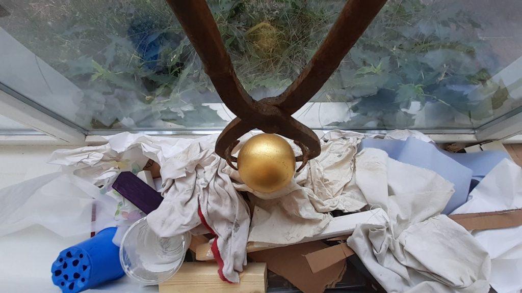 Gouden bal wordt uit de chaos getild